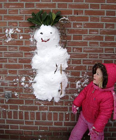sneeuwpop-op-muur